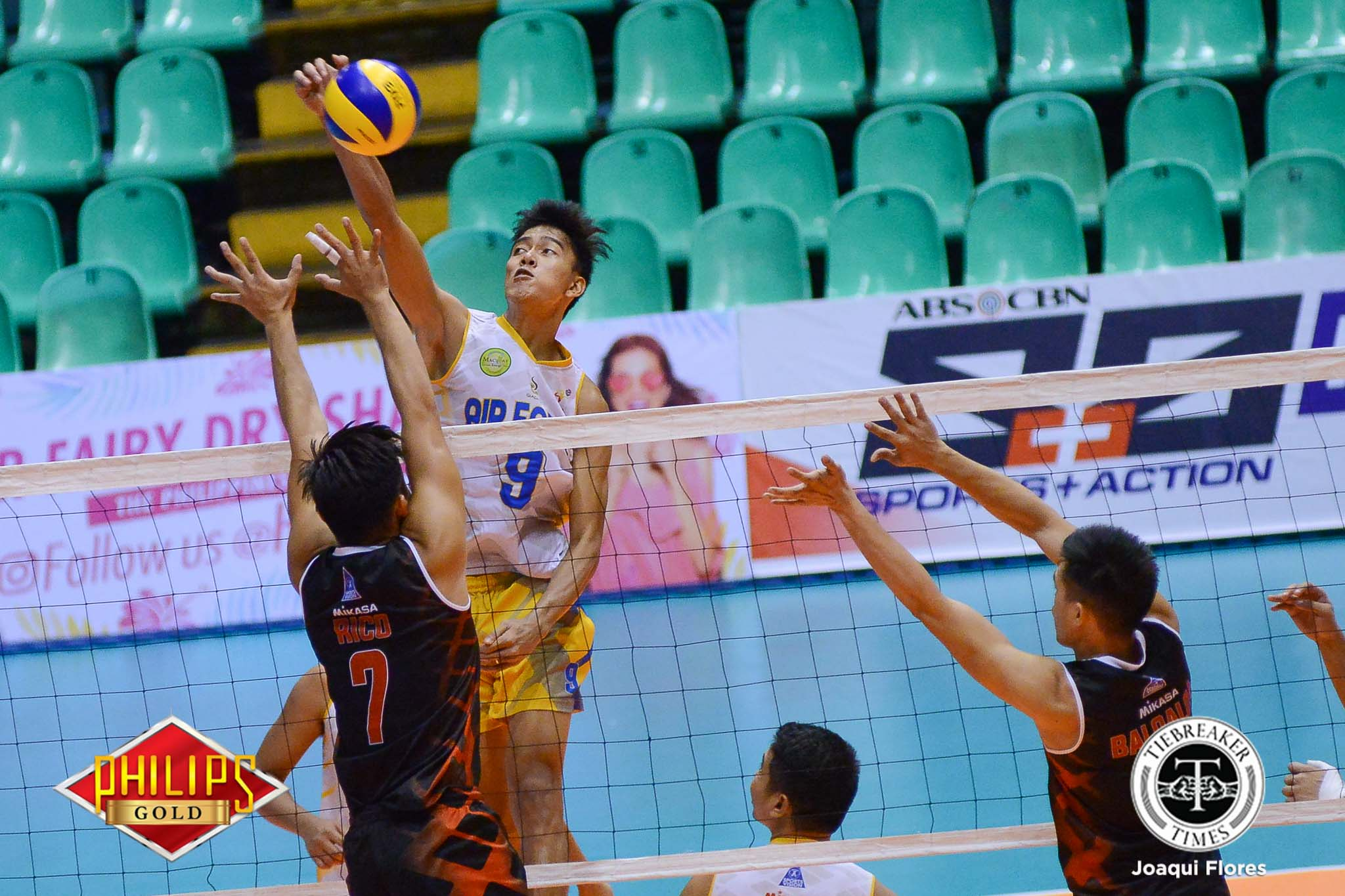 Tiebreaker Times Bulldogs carry Air Force past Army to continue title defense bid News PVL Volleyball  Romnick Rico Rhovyl Verayo Louwie Chavez Jessie Lopez Fauzi Ismail Bryan Bagunas Army Troopers Anthony Arbasto Air Force Airmen 2017 PVL Season 2017 PVL Men's Reinforced Conference