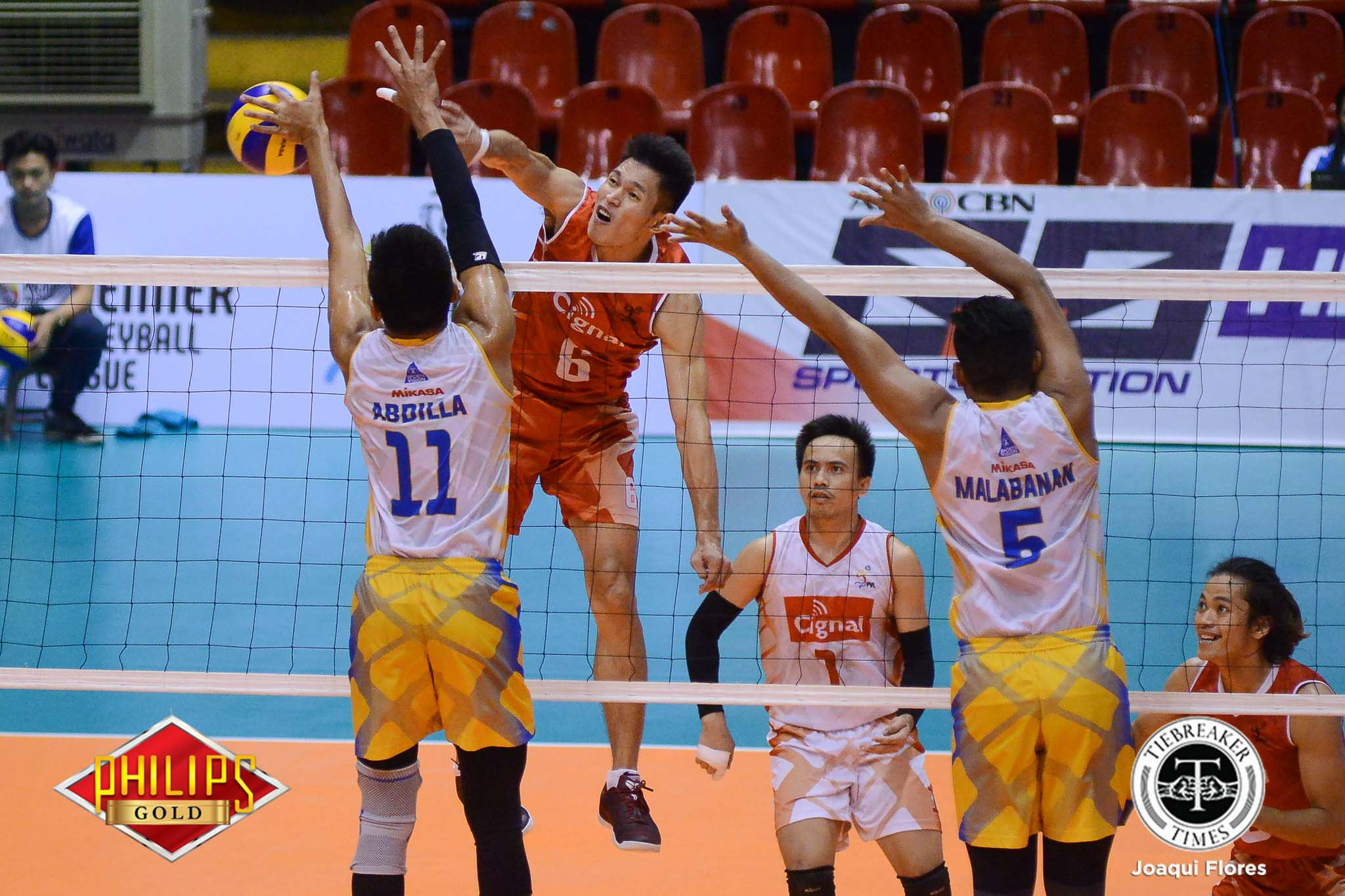 Tiebreaker Times Cignal ends losing skid against Air Force to take Finals series lead News PVL Volleyball  Vince Mangulabnan Sandy Montero Saku Capate Rhovyl Verayo Oliver Almadro Mark Alfafara Kim Malabunga Cignal HD Spikers Bryan Bagunas Air Force Airmen 2017 PVL Season 2017 PVL Men's Reinforced Conference