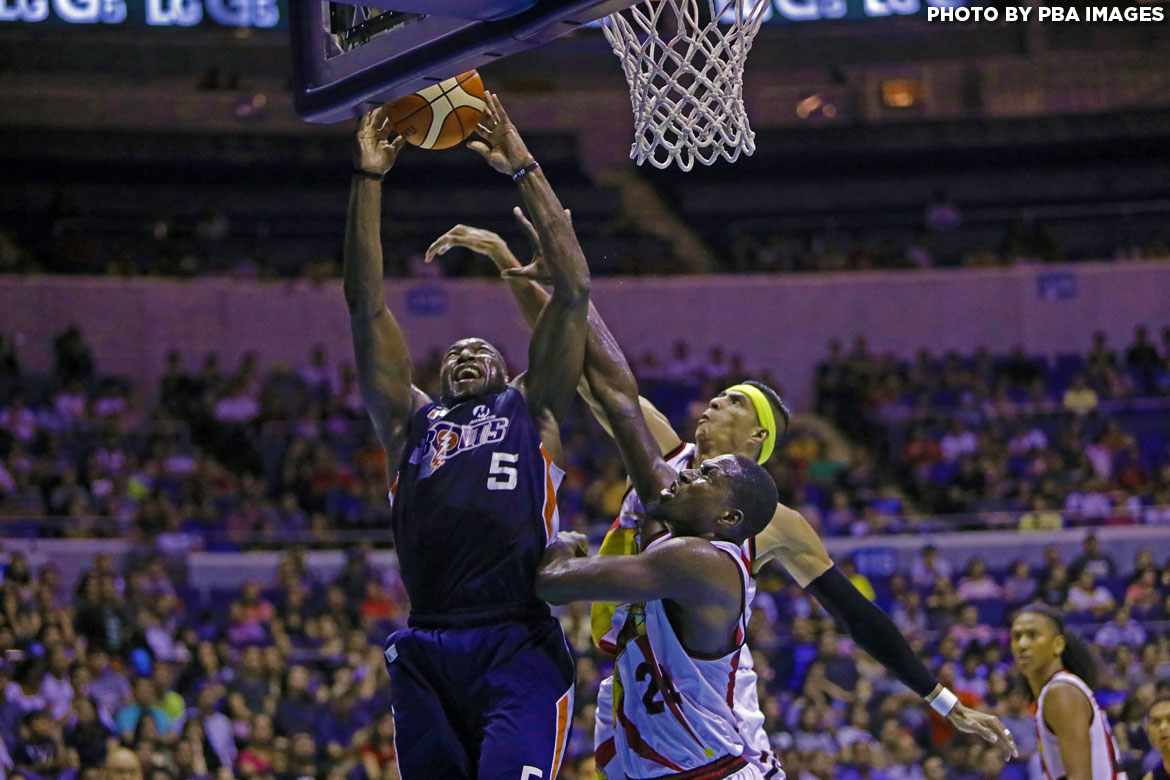 Philippine Sports News - Tiebreaker Times Halftime scuffle erupts between Meralco and San Miguel Basketball News PBA  San Miguel Beermen PBA Season 42 Meralco Bolts Kelly Nabong Chris Ross Allen Durham 2017 PBA Governors Cup