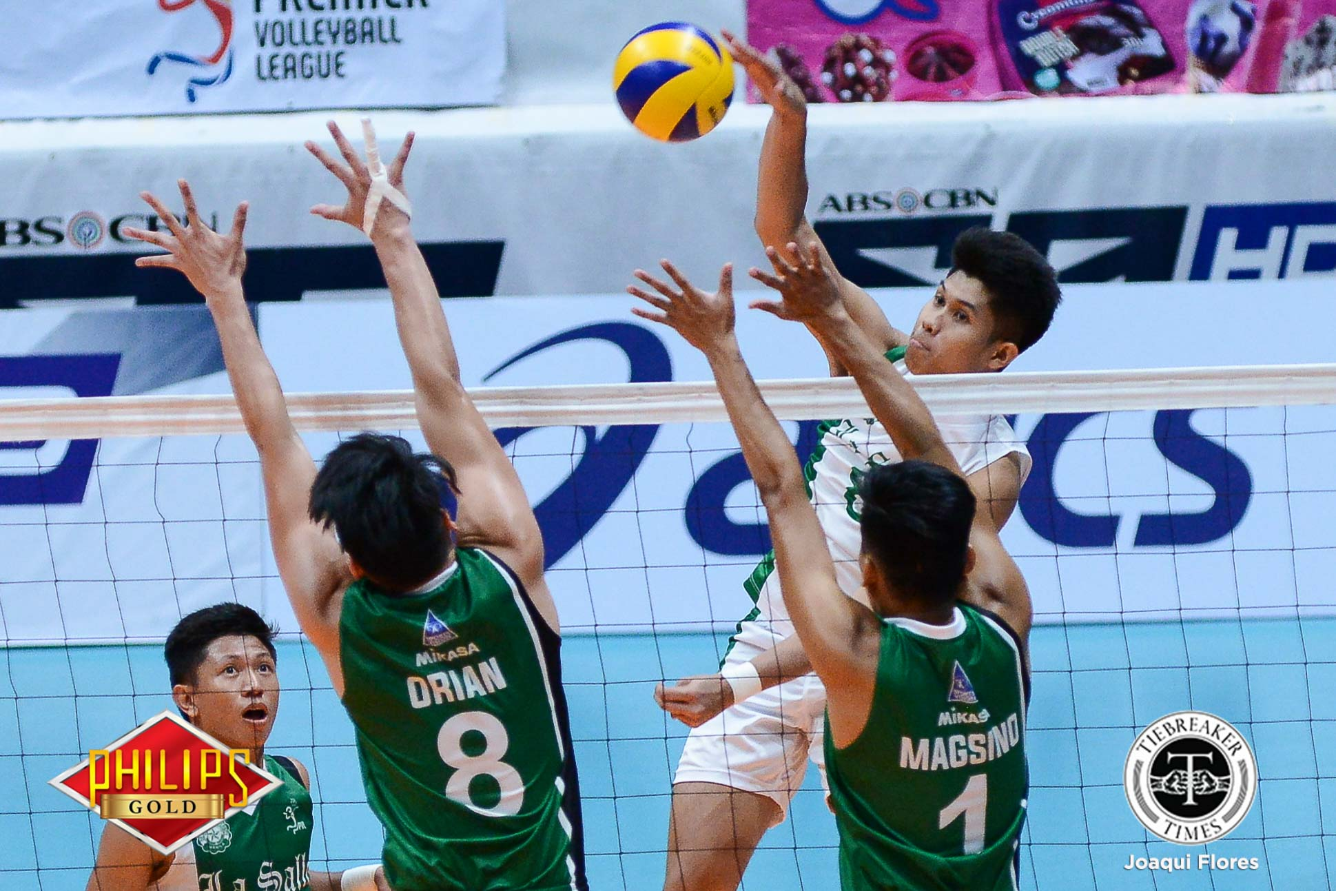 Philippine Sports News - Tiebreaker Times La Salle outlasts skidding NU in five sets DLSU News NU PVL Volleyball  Wayne Marco Raymark Woo NU Men's Volleyball Norman Miguel Jopet Movido Fauzi Ismail DLSU Men's Volleyball Dante Alinsunurin Cris Dumago Bryan Bagunas Arjay Onia 2017 PVL Season 2017 PVL Men's Collegiate Conference