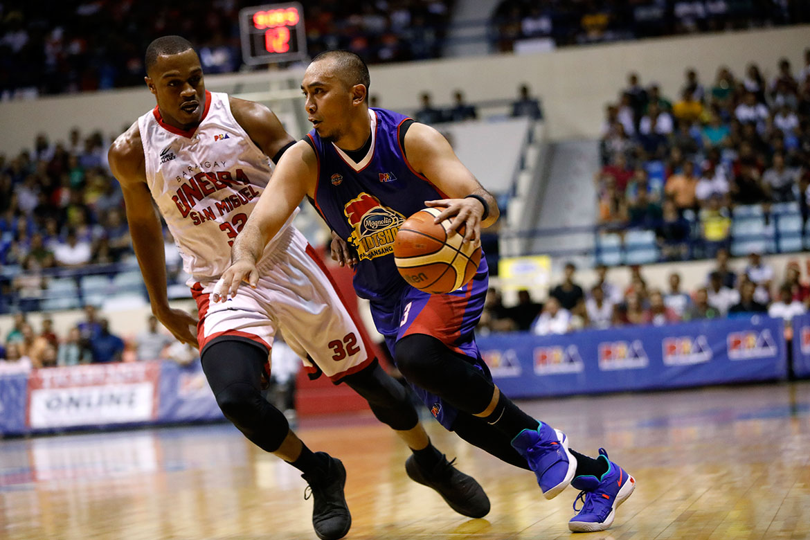 Tiebreaker Times Paul Lee stars as Hotshots draw first blood Basketball News PBA  Tim Cone Romeo Travis PBA Season 43 Paul Lee Magnolia Hotshots Justin Brownlee Japeth Aguilar Chito Victolero Barangay Ginebra San Miguel 2018 PBA Governors Cup