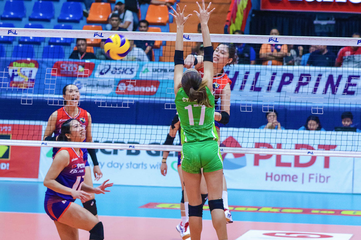 Tiebreaker Times Petron grinds out third win at Smart's expense News PSL Volleyball  SMART Prepaid Giga Hitters Shaq delos Santos Roger Gorayeb Rhea Dimaculangan Petron Blaze Spikers Jerrili Malabanan Ces Molina Buding Duremdes Aiko Urdas 2018 PSL Season 2018 PSL All Filipino Conference