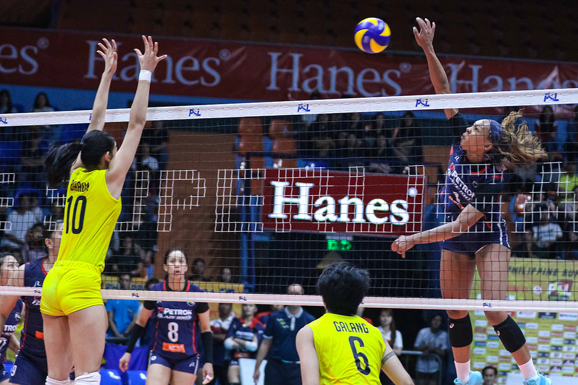 Tiebreaker Times Kath Bell, Stephanie Niemer too much for F2 Logistics as Petron stays unbeaten News PSL Volleyball  Stephanie Niemer Shaq delos Santos Rhea Dimaculangan Ramil De Jesus Petron Blaze Spikers Lindsay Stalzer Katherine Bell F2 Logistcs Cargo Movers Denden Lazaro Becky Perry 2019 PSL Season 2019 PSL Grand Prix