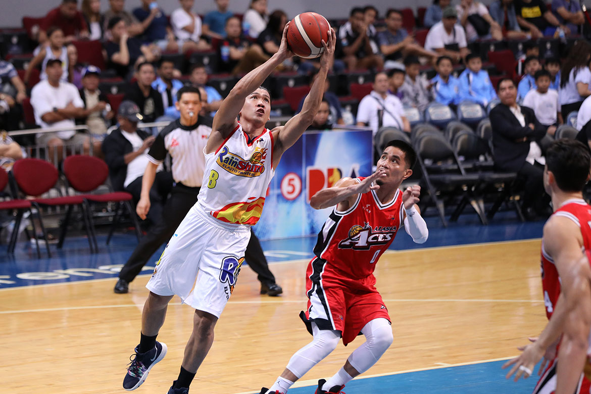 Tiebreaker Times Rain or Shine survives Denzel Bowles injury, staves off Alaska Basketball News PBA  Vic Manuel Rain or Shine Elasto Painters PBA Season 44 Mark Borboran Javee Mocon Ed Daquioag Diamon Simpson Denzel Bowles Chris Banchero Caloy Garcia Alex Compton Alaska Aces 2019 PBA Commissioners Cup