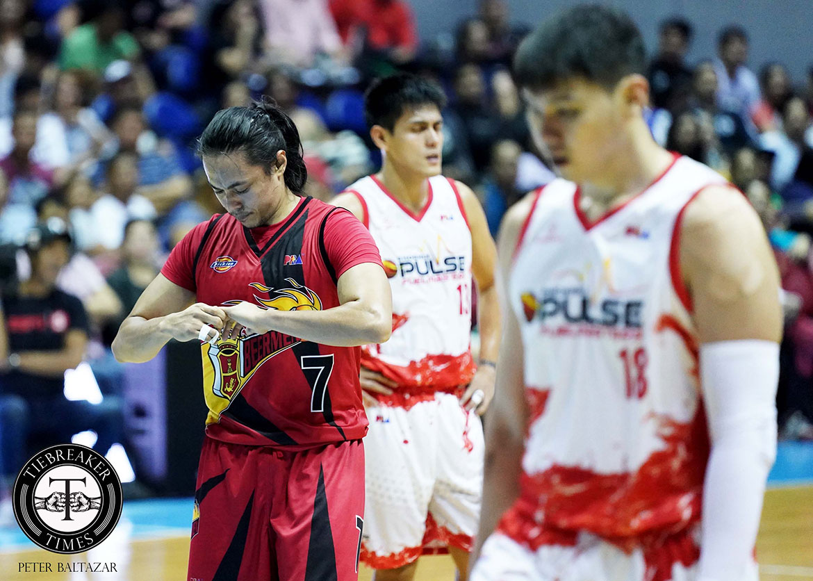 Tiebreaker Times Terrence Romeo hurt again as he dislocates left pinky Basketball News PBA  Terrence Romeo San Miguel Beermen PBA Season 44 2019 PBA Commissioners Cup