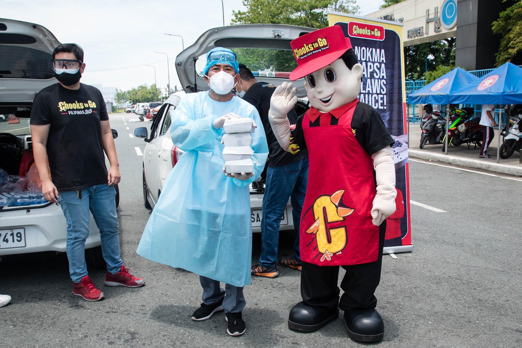 Tiebreaker Times Chooks-to-Go gives back to Manila drive-thru rapid testing frontliners Chooks-to-Go Pilipinas 3x3 News  Ronald Mascarinas Isko Moreno Coronavirus Pandemic