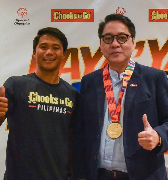 Tiebreaker Times Roger Casugay becomes first Filipino to win international fair play award News Surfing  Roger Casugay Butch Ramirez