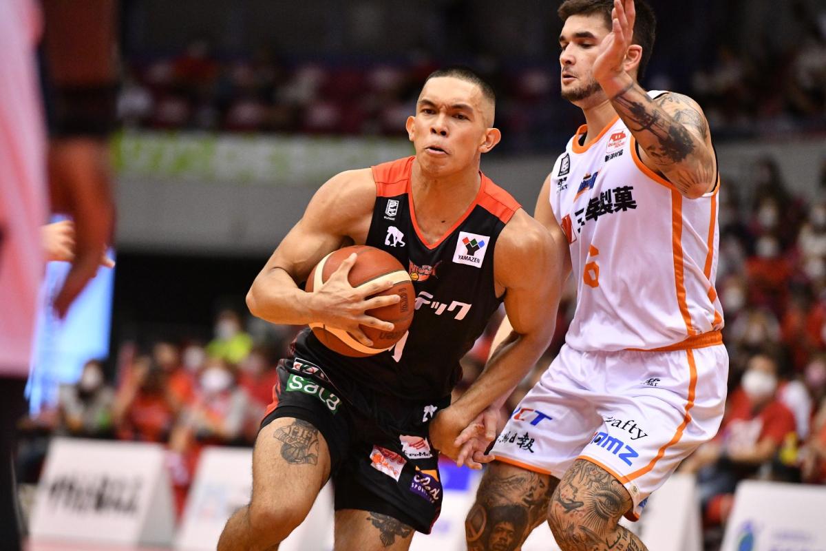 2021-22-b.league-season-san-en-vs-niigata-thirdy-ravena-x-kobe-paras-2 Thirdy Ravena glad that Kobe Paras is in a good place now Basketball News  - philippine sports news